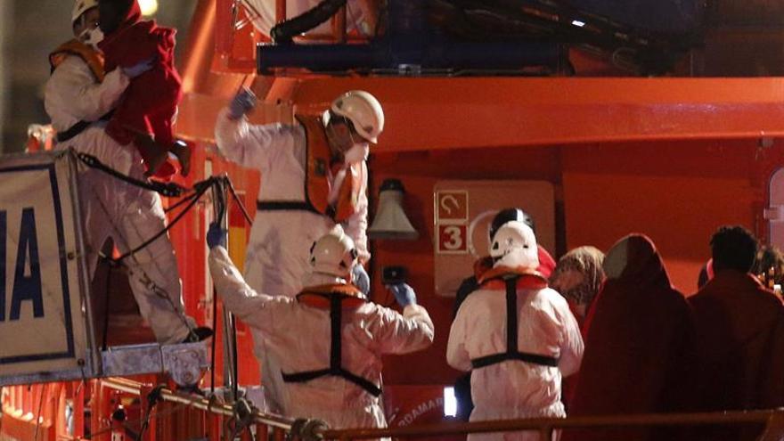 Llegan al puerto de Almería los 35 inmigrantes rescatados en el mar Alborán