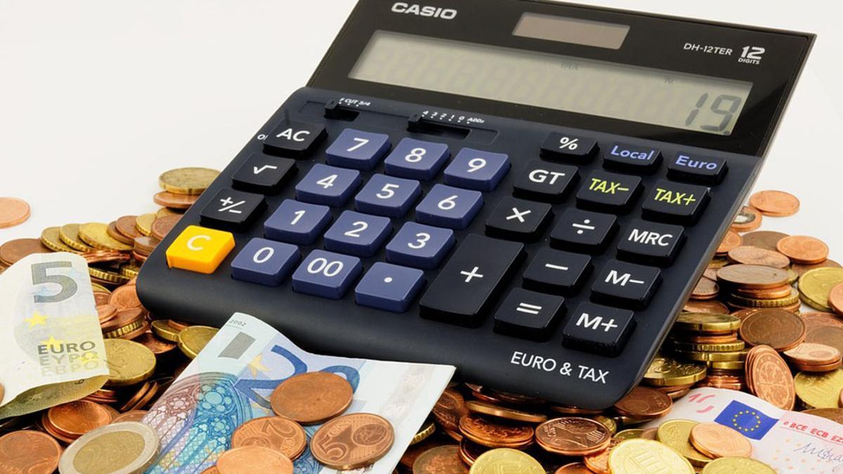 Una calculadora sobre monedas y billetes.