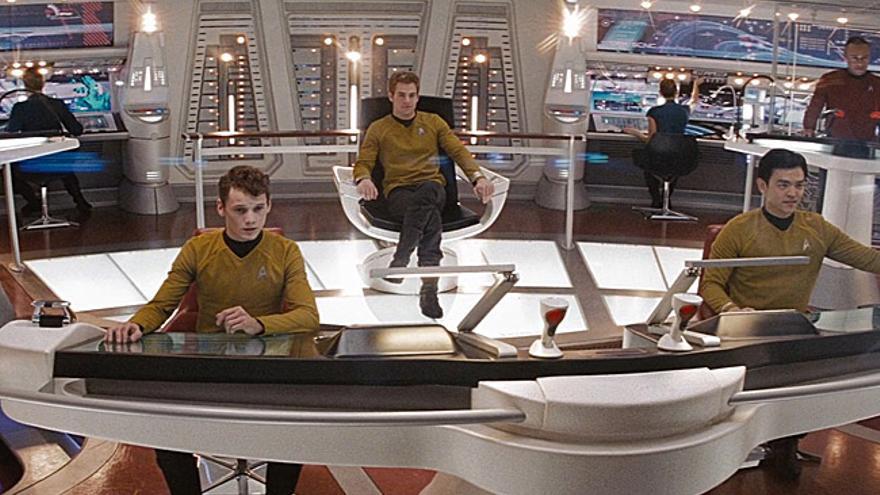 El navegante Chekov, el capitán Kirk y el timonel Suru, tres de los miembros de la tripulación de la nave USS Enterprise