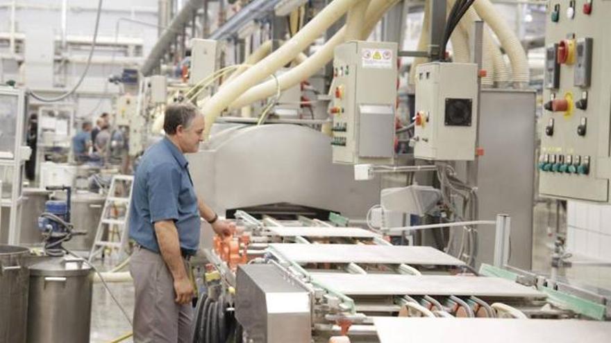 Un operario del sector cerámico supervisa una máquina, en una imagen de archivo.