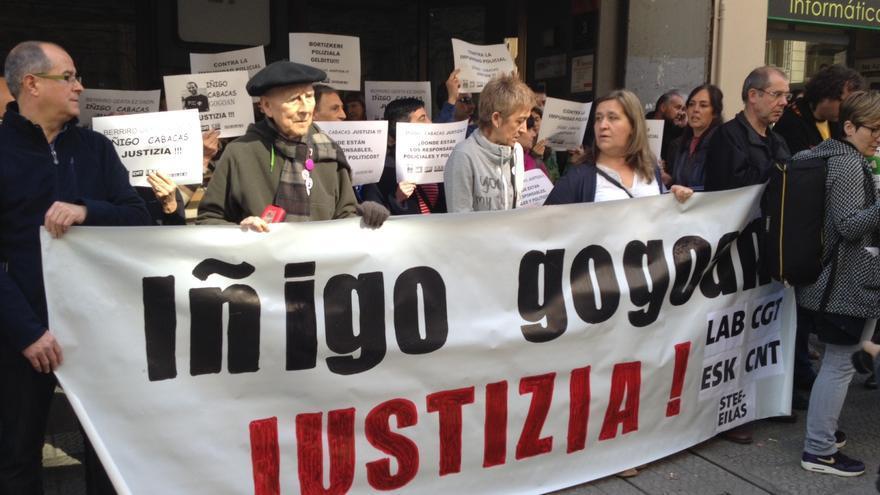 Los principales sindicatos nacionalistas, salvo ELA, y centrales minoritarias se concentran ante las sedes del PSE (en la imagen) y del PNV para exigir justicia para Cabacas.