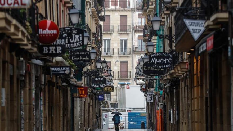 Vista de una calle de la Parte Vieja de San Sebastián donde abundan los bares y restaurantes, prácticamente desierta este lunes, en la decimosexta jornada de alerta sanitaria por el coronavirus COVID-19.