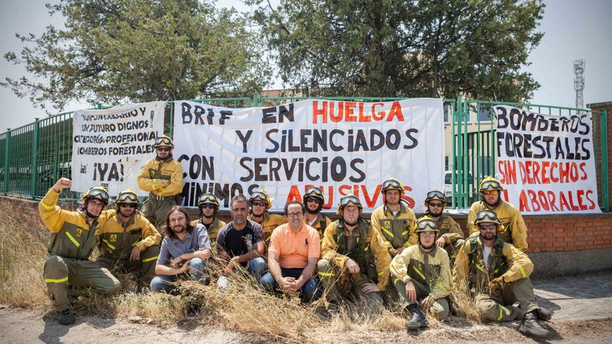 Han colocado pancartas en el exterior de las instalaciones. Foto: Juan Manzanara