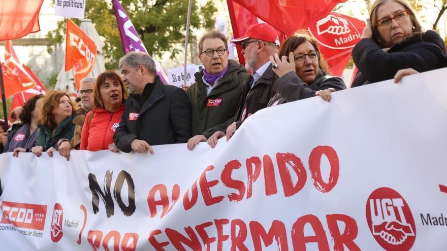 El secretario general de CCOO, Unai Sordo, junto a la vicesecretaria general de UGT, Cristina Antoñanzas, en el centro, en la cabecera de la protesta sindical en Madrid.