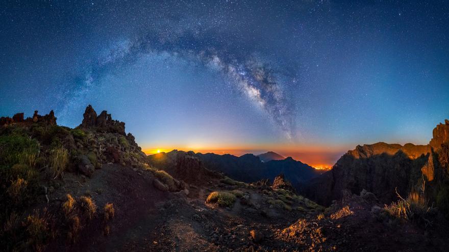 Primer accésit del concurso nacional de fotografía Cien años en la Red de Parques Nacionales: Fotografía 'Amanecer de luna'  de Javier Martínez Morán.