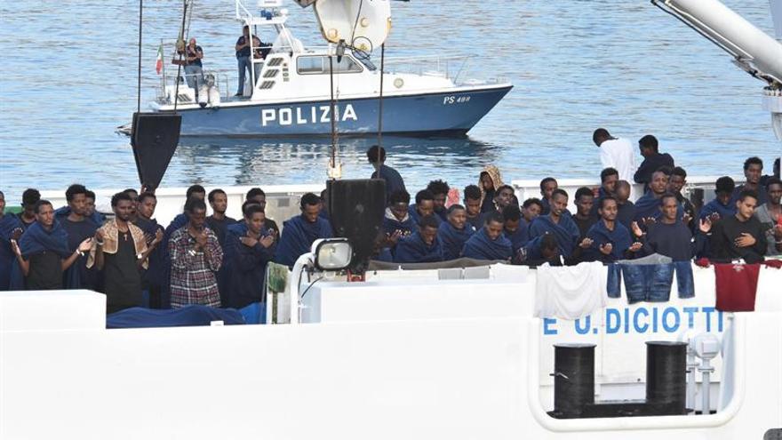"""Salvini confirma que los migrantes del """"Diciotti"""" bajarán en próximas horas"""