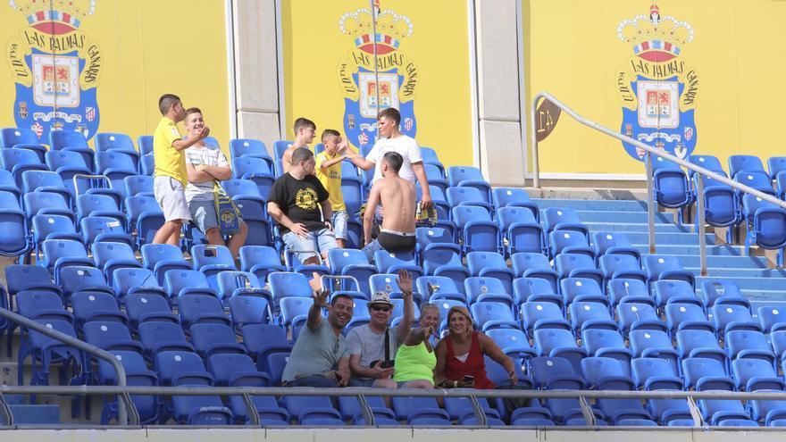 Aficionados amarillos en las gradas del Gran Canaria.