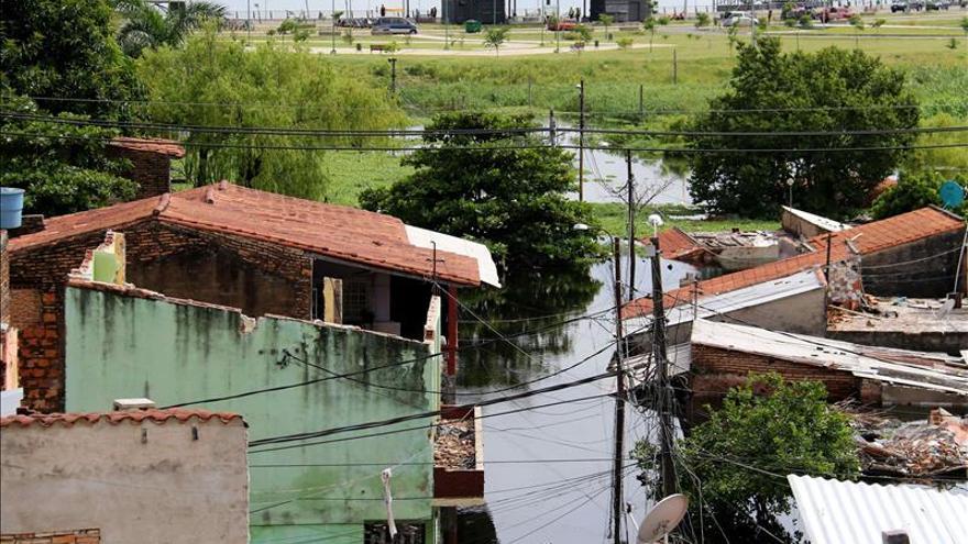 Ascienden a 100.000 los evacuados en Asunción por crecidas del Paraguay