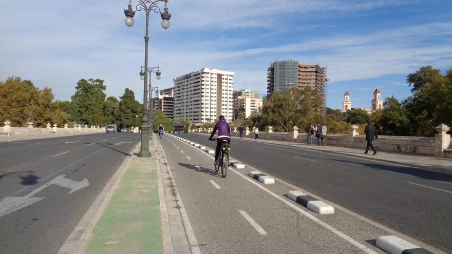 El tipo de carril bici que vol implantar en els nous trams el tripartit municipal