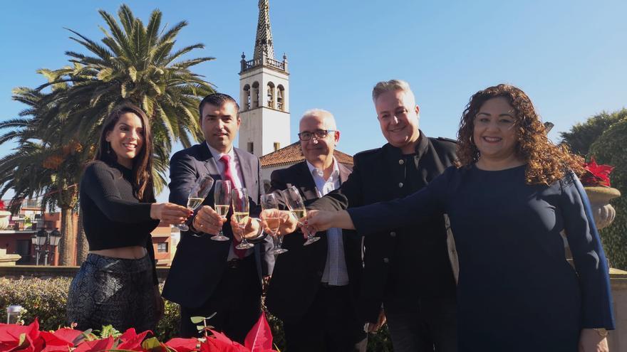 Manuel Domínguez, alcalde de Los Realejos, junto a Domingo Álvarez, de TVE en Canarias, este sábado