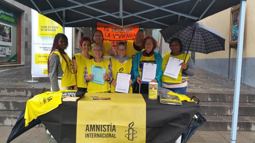 Activistas de Amnistía Internacional este sábado en la Calle Real. Foto: LUZ RODRÍGUEZ.