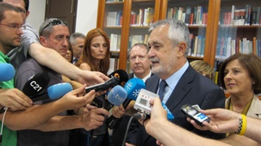 Griñán Atiende A Los Medios En Granada