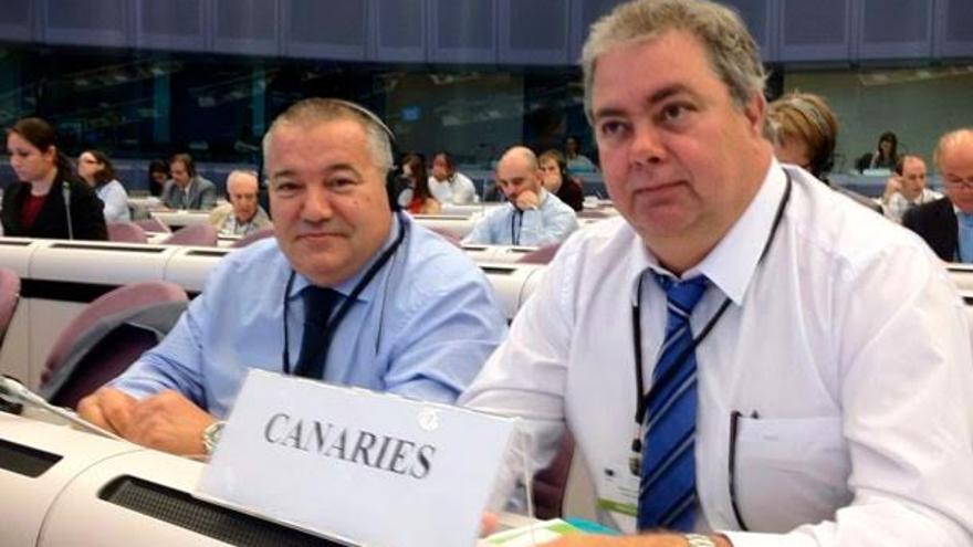 Henry Sicilia (derecha), primer directivo de Asaga-Canarias, junto a Santiago Rodríguez, presidente de Asprocan, en Bruselas.