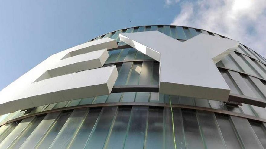 Logo de EY (antes Ernst & Young) en su sede en Madrid.