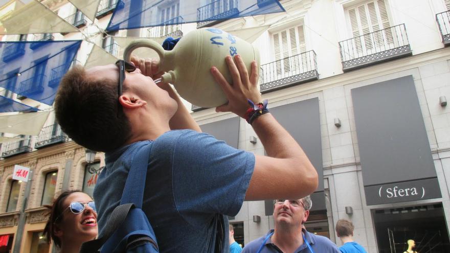 Bebiendo de un botijo en Madrid. / Foto: Plataforma contra la Privatizacion del agua de Alcázar