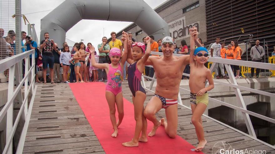 David Meca junto a dos niños, este sábado, en Marina La Palma. Foto: CARLOS ACIEGO