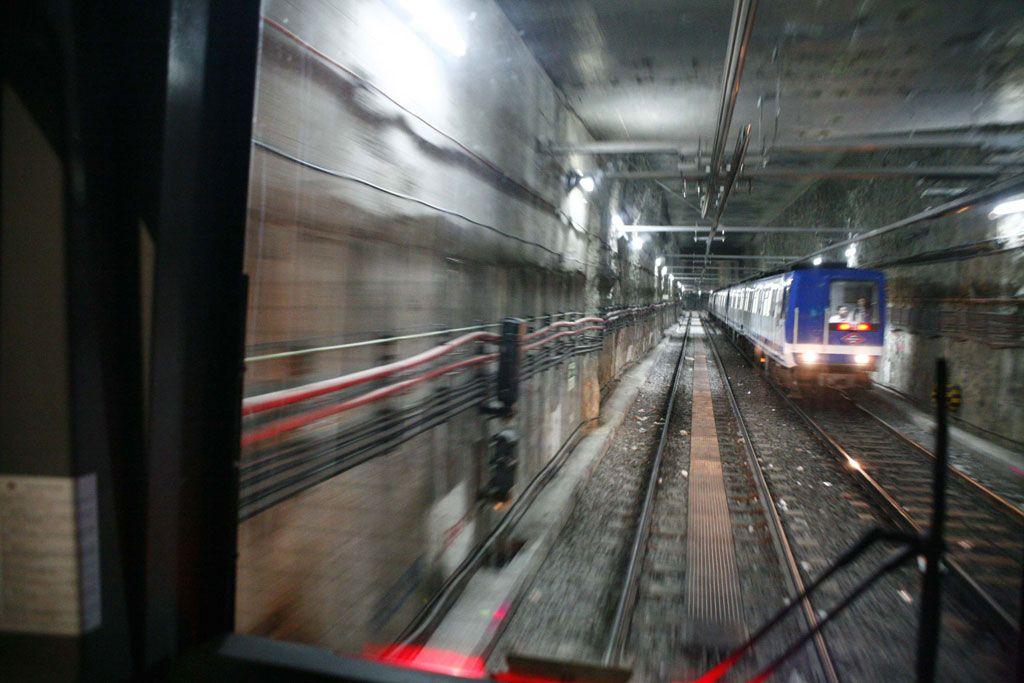 Convoy de Metro de Madrid, circulando por un túnel