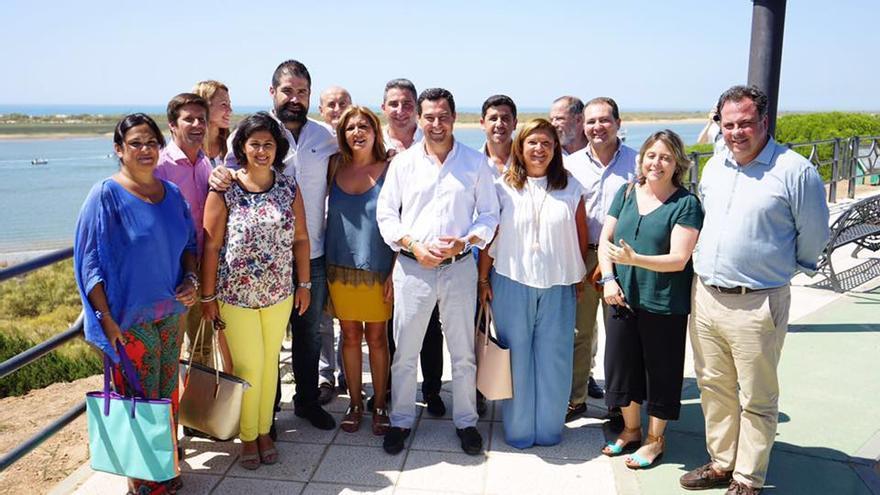Juanma Moreno, flanqueado de alcaldes y portavoces del PP de la costa onubense, con la ausencia del de la capital.