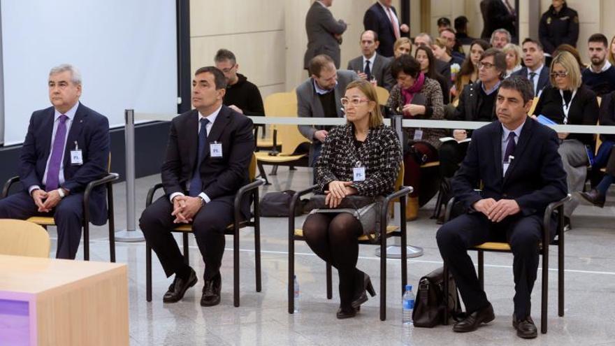 El mayor de los Mossos d'EsquadraJosepLluísTrapero(d), la intendente de los Mossos Teresa Laplana (2-d), el exdirector de los Mossos Pere Soler (2-i), y el exsecretario general de Interior César Puig (i), en el banquillo.