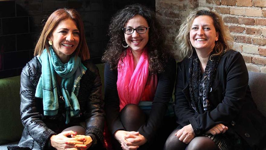 Teresa Legarre, de la galería PazYComedias, Irene Ballester, directora del Festival Miradas de Mujeres,  y Lucía Peiró, artista.
