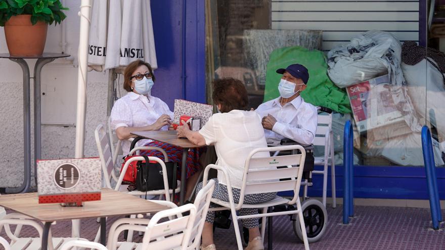 Archivo - Ancianos con mascarilla conversan sentados en la terraza de un bar, a 27 de julio de 2021, en Madrid, (España).