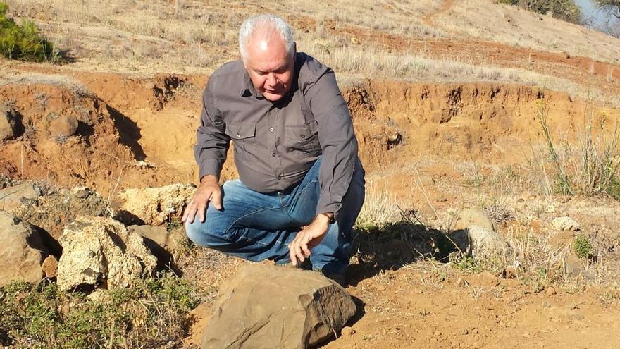 El arqueólogo Jorge Pais junto a una de las piezas encontradas.
