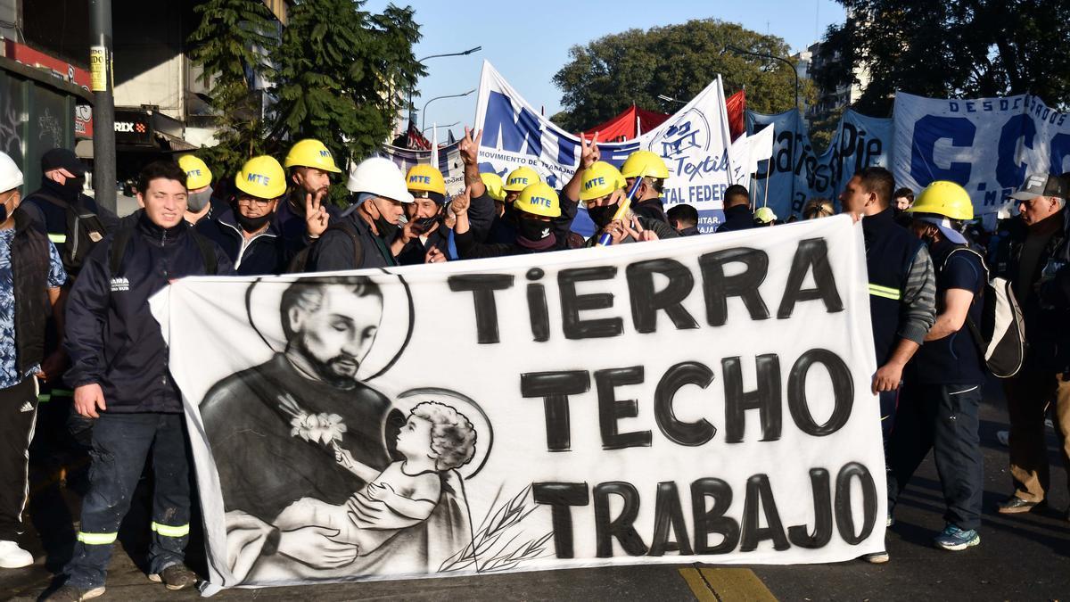 Los movimientos sociales marcharon de San Cayetano a Plaza de Mayo.