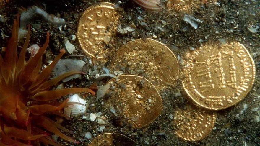 En la imagen, monedas de un naufragio en el fondo del mar.