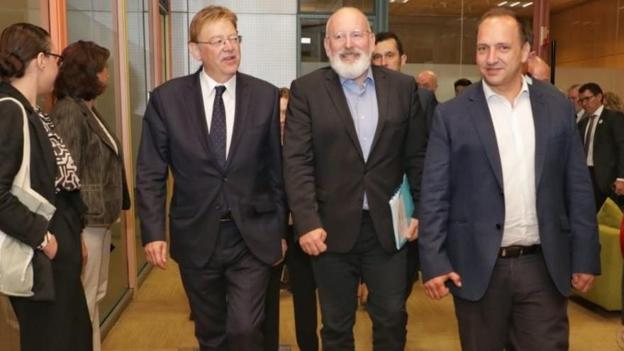 Frans Timmermans, centro de la imagen, junto a Ximo Puig y Rubén Martínez Dalmau.