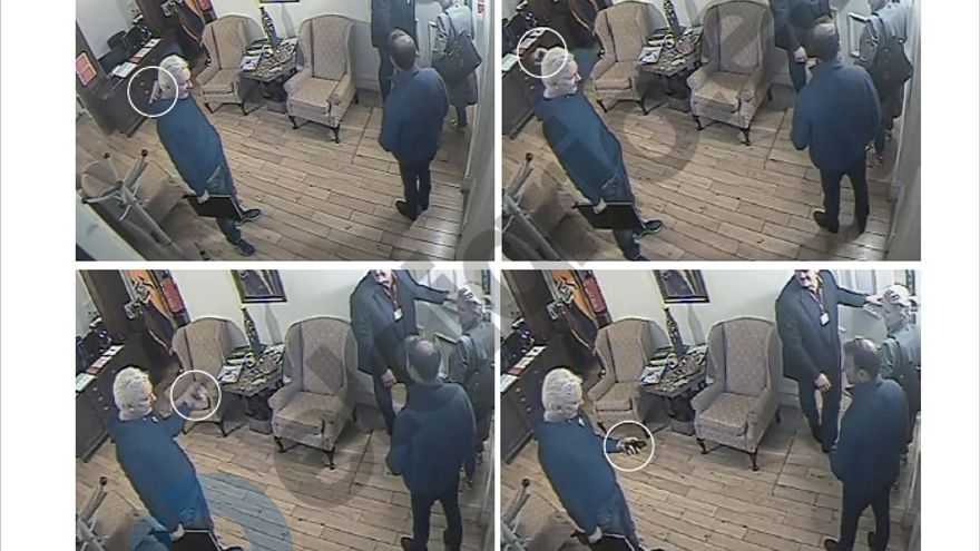Capturas de las cámaras de seguridad en las que Assange se desprende de los dispositivos electrónicos.