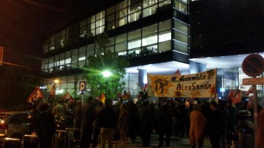Concentración frente a Konecta, la empresa que despidió a Amaya el viernes. \ @masterj21i