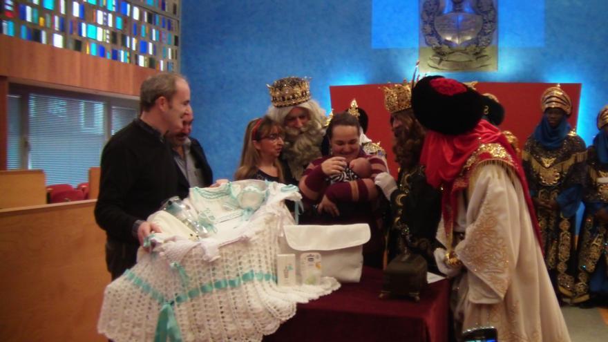 Alcalde de Barakaldo y los Reyes Magos entregan la tradicional canastilla al primer bebé nacido en Navidad