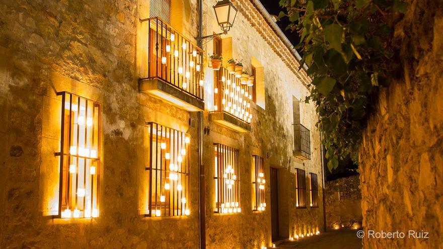 Las calles de Pedraza brillan como nunca en una noche especialmente mágica.