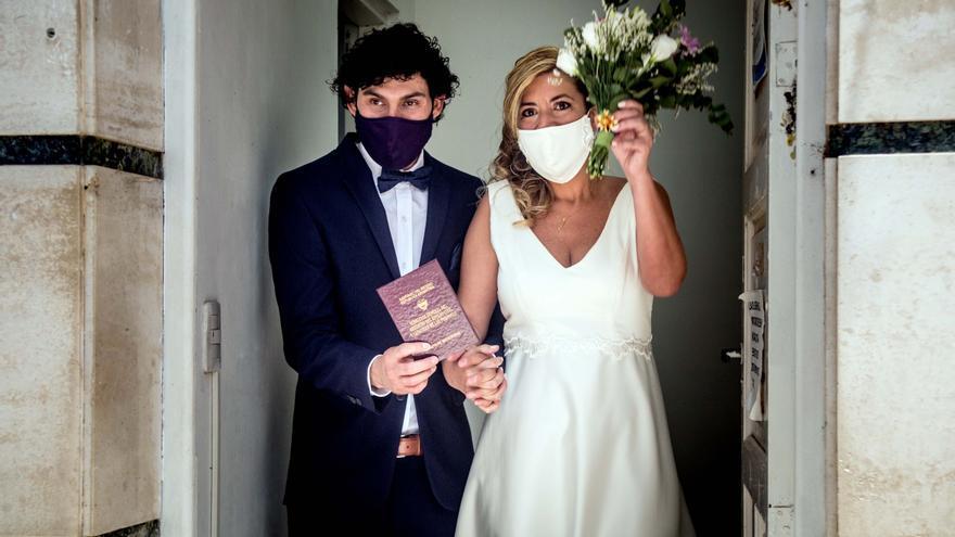 Recién casados se retiran el martes de un registro civil de Capital Federal / Los casamientos comenzaron a ser habilitados en octubre en distintas provincias del país