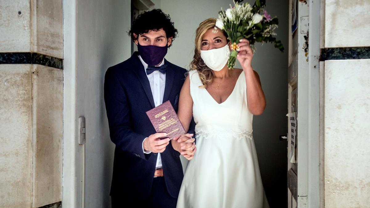 Recién casados se retiran del registro civil. En 2020, 4.480 parejas disolvieron su vínculo conyugal y solamente 3.861 se casaron.