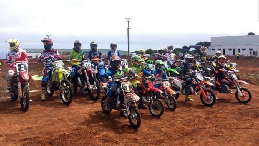 Imagen de archivo de un grupo de pilotos de motocross.