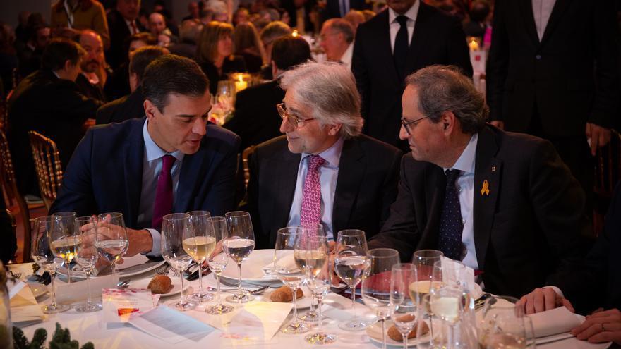 Pedro Sánchez y Quim Torra conversan con el presidente de la patronal Foment del Treball, Josep Sanchez Llibre