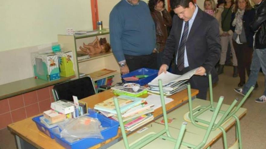 García-Page en una visita al colegio cerrado de Puente de Vadillos