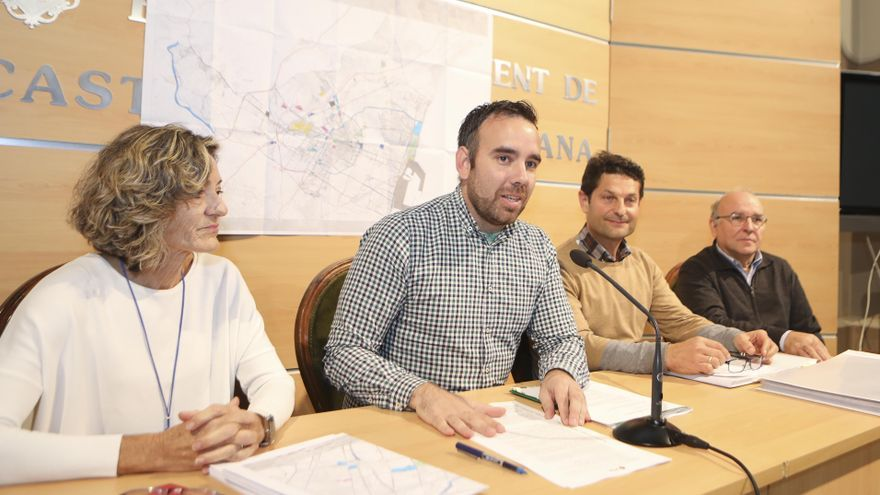 El concejal de Movilidad de Castellón, Rafael Simó, rodeado de técnicos municipales en la presentación del nuevo Plan General de Ordenación Urbana en materia de movilidad.