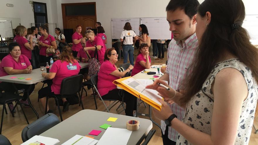 Numerosos asistentes reflexionan sobre los hábitos de vida diaria en unos talleres gratuitos del Centro Cultural Candelaria en Tenerife.