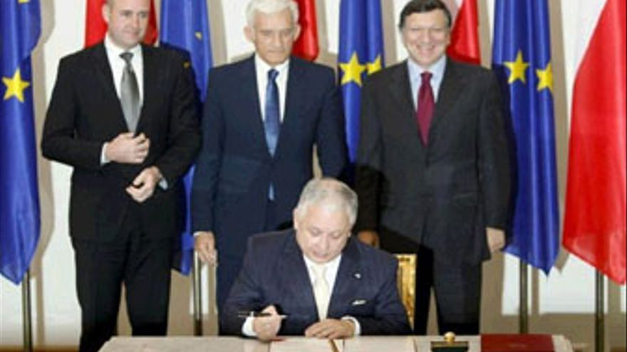 Momento en el que Lech Kaczynski, presidente de Polonia, ratificó el Tratado de Lisboa. (REUTERS)
