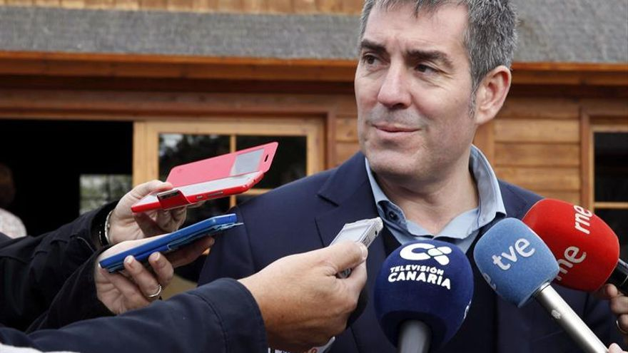 El presidente del Gobierno de Canarias, Fernando Clavijo, atiende a los medios de comunicación. EFE/Elvira Urquijo A.