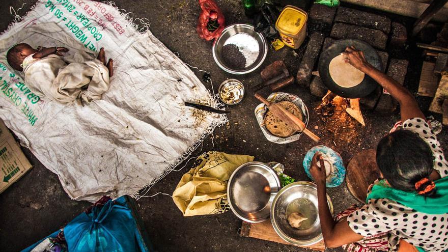 Una mujer prepara comida en el slum de la estación de tren de Varanasi (India). Octubre de 2013 (Foto: Juan Luis Sánchez)