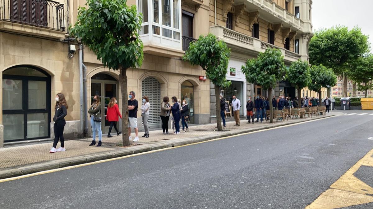 Personas esperan para hacerse pruebas PCR en San Sebastián por su posible brote