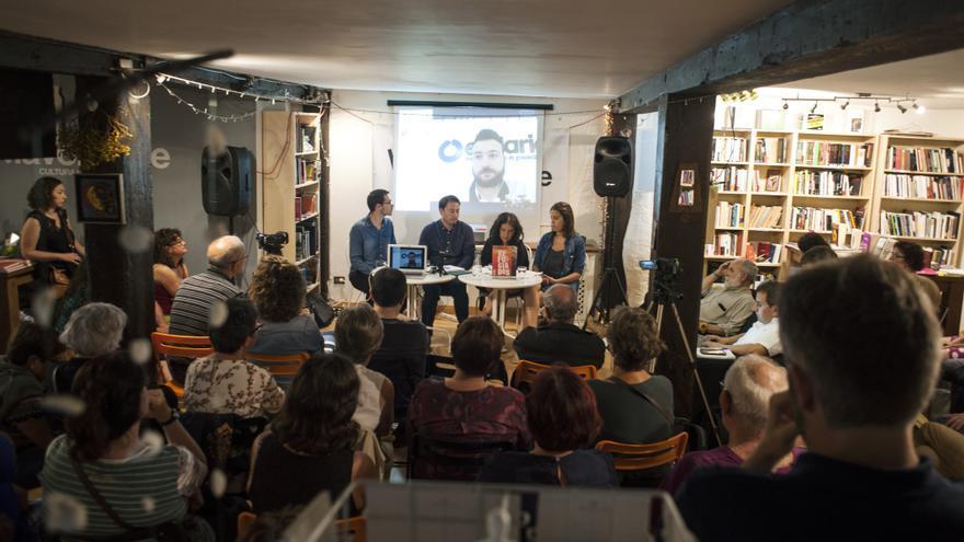Más de un centenar de personas han acudido al debate organizado por eldiario.es Cantabria. | JOAQUÍN GÓMEZ SASTRE