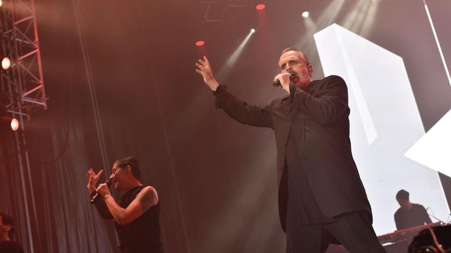 Miguel Bosé durante su actuación en Tazacorte. Foto: CARLOS ACIEGO.