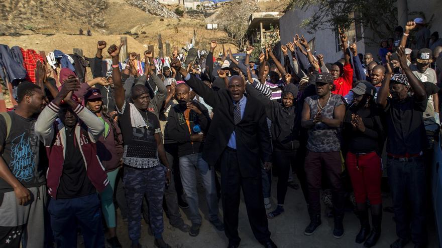El activista haitiano Wilner Metelus da ánimos a sus compatriotas en las puertas del albergue Embajadores de Jesús de Tijuana.