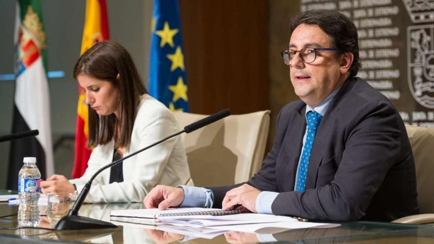 El consejero José María Vergeles, en rueda de prensa junto a la portavoz de la Junta Isabel Gil Rosiña / Junta