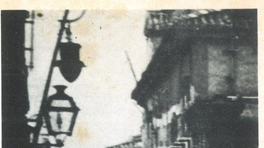 Fotografía del edificio del antiguo gobierno civil de Granada. | Foto de Torres Molina (en Eduardo Molina Fajardo, 'Los últimos días de García Lorca'.  Barcelona, Plaza & Janés, 1983, pág. 273).