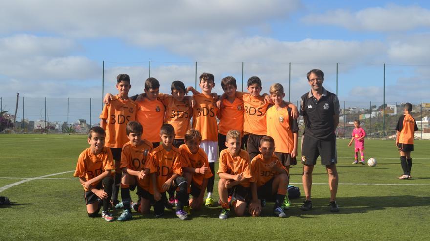 El equipo de fútbol base Acodetti alevín A en el entrenamiento de este martes en el campo de La Mayordomía, en Almatriche (Las Palmas de Gran Canaria) para prepararse de cara al torneo de la liga de Campeones.